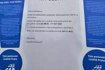 Výzva přilepená na auto zaparkované na Letišti Praha.