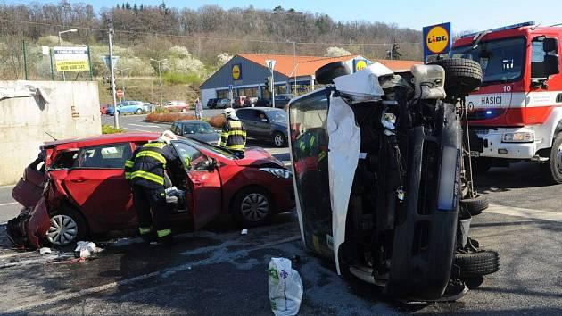 Nehoda tří aut.