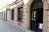 Především restaurace používají kromě rozvozu také prodej jídel a nápojů přes dveře či okénko.