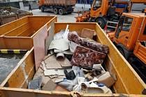 TŘÍDIT! Praha zavede nový systém, ve kterém bude možno třídit i velkoobjemový odpad. Dohlížet na to mají pracovníci Pražských služeb.