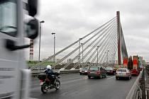 Problémy při rekonstrukci lanového mostu nastaly poté, co dělníci objevili pokles koncového příčného nosníku mostu.