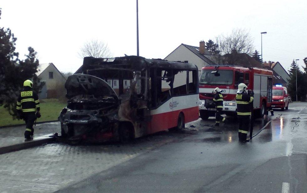 Požár autobusu v ulici Pelušková v Kyjích.