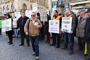 Stop šikaně!Pošta není banka! Takové slogany skandovali v pondělí 22. února 2016 po poledni účastníci demonstrace nespokojených pošťáků pochodující centrem Prahy. Stěžovali si na přetěžování a plnění úkolů, které s vlastní poštovní činností nesouvisejí.