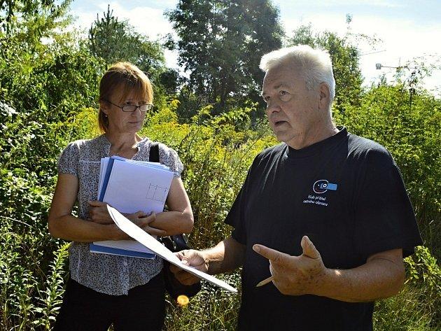 O rybníku a jeho plánované výstavbě spolu v místě budoucího parku Zahrádky diskutovali Kateřina Hobzová za magistrát a Vladimír Mezera za sdružení zahrádkářů.