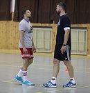Trénink HC Dukla Praha házená. Vlevo trenér Daniel Čurda.