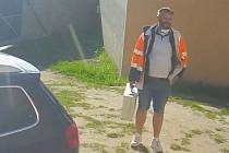 Policie hledá muže, který se vloupal do čtyř aut, z toho dvou sanitek.