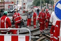 DO ČERVNA. V pondělí už byly opravy tramvajové trati mezi Újezdem a Andělěm v plném proudu, mnoho cestujících výluka stejně zaskočila.