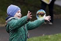Oficiální přeměření největšího stroje na mýdlové bubliny v ČR agenturou Dobrý den a následné zapsání do České knihy rekordů proběhlo 25. října na pražském Karlově náměstí.