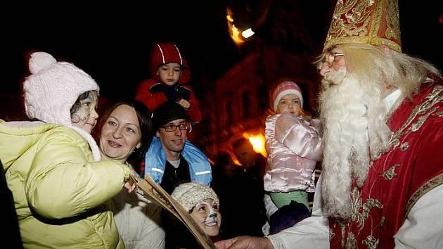 Livia Klausová spolu s Mikulášem na Jiřském náměstí na Pražském hradě rozdávali dětem dárky při slavnostním zahájení tradiční vánoční sbírky pořádané Nadačním fondem manželů Livie a Václava Klausových.