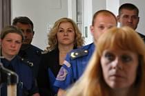 V poutech a v doprovodu eskorty se v pondělí objevila u Obvodního soudu pro Prahu 1 někdejší šéfka kabinetu bývalého premiéra Petra Nečase Jana Nagyová.