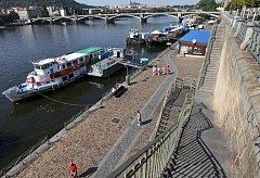 Náplavka patří mezi nejoblíbenější místa, kde se v létě setkávají Pražané. Letos jim společnost budou dělat i stavební stroje.