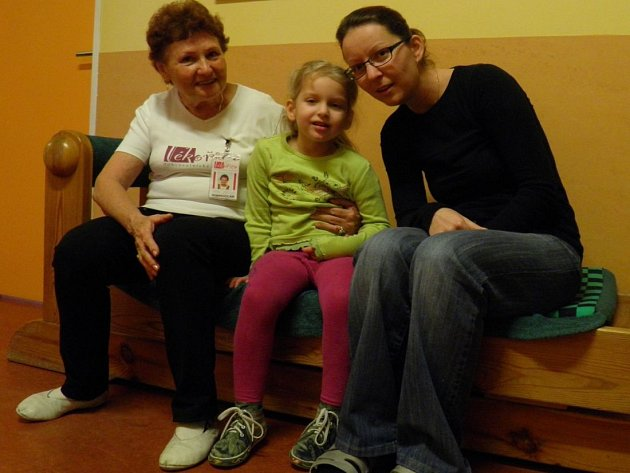 """Epilepsie bude šestiletou Anetku provázet celý život, stejně jako návštěvy na neurologii. Aby alespoň pobyt v nemocnici byl o trošku příjemnější, o to se stará kromě maminky Lenky Klupákové pětasedmdesátiletá """"teta"""" Marjánka z občanského sdružení Lékořice"""