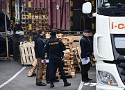 V kamionu v Praze se skrývali dva cizinci.