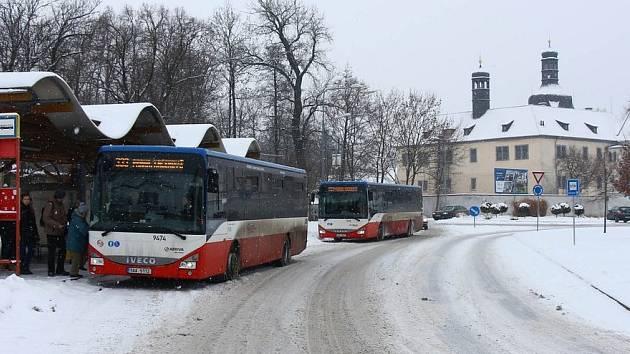 Sníh působí problémy autobusům MHD. Ilustrační foto.