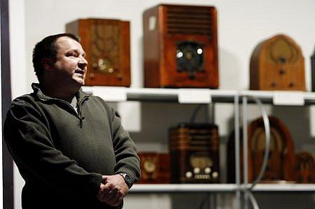 ZLATÉ ČASY RÁDIA. Na snímku Jan Šatava, technický konzultant výstavy a jeden z majitelů vystavených exponátů.