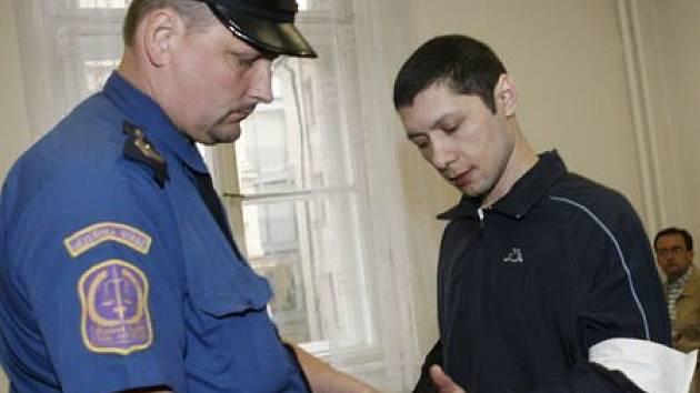 YAKOV MUSHAILOV. Včera před městským soudem opět trval na své nevině.