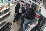 Pražští policisté hledají dva muže, kteří v obchodě s potravinami napadli poškozeného.