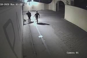 Policie hledá dva mladíky v souvislosti s poškozením výstavy na Kampě.