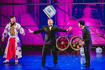 Představení Čínského národního cirkusu v Kongresovém centru v Praze se nenechala ujít ani Ma Keqing, velvyslankyně Číny v České republice.