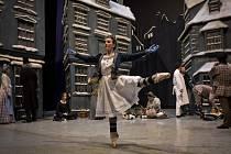 Rozcvičování tanečníků před vánočním baletním představením Louskáček v Národním divadle v Praze.