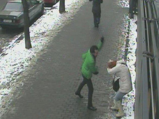 Násilník útočil v pražských ulicích na náhodně vybrané ženy.