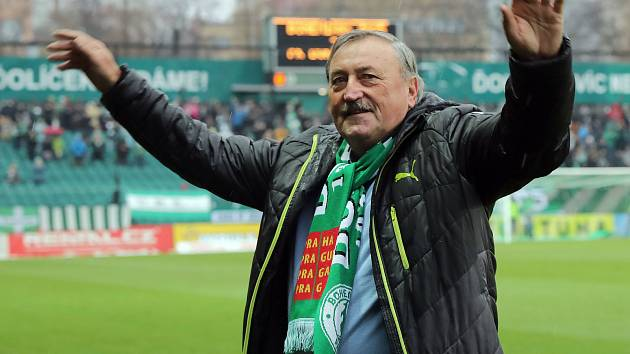 Tonda Panenka slaví  70 narozeniny v Ďolíčku  při fotbalovém zápase Fortuna ligy mezi Bohemians Praha 1905 a FK Duklou Praha.