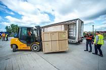 Laserový systém dorazil z USA do Česka.