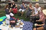 Piknik se konal první srpnovou neděli od tří do pěti hodin u Café Na půl cesty v Centrálním parku Na Pankráci, než nás zahnal déšť. ELIŠKA BELUHOVÁ