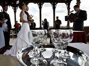 NETRADIČNÍ ANO. Pražané čím dál častěji utíkají z obřadních síní a volí si místa pro svatbu sami.