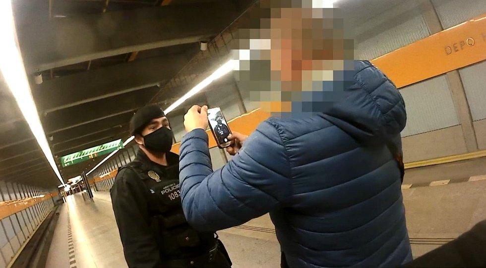 Strážníci řešili s mužem v metru nerespektování vládních opatření.