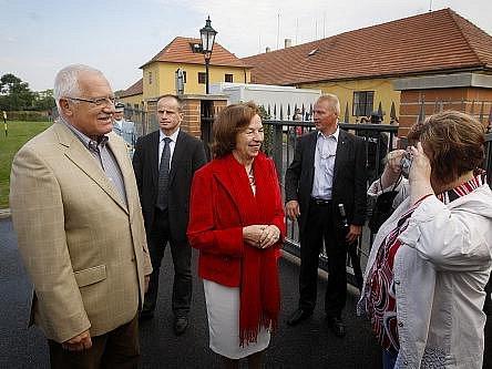 Veřejnosti byly 17. září otevřeny jindy nepřístupné produkční zahrady Pražského hradu. Některé z návštěvníků po zahradě provedla první dáma Livie Klausová i prezident Václav Klaus.
