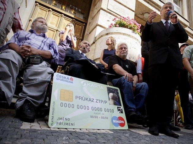 Před ministerstvem práce a sociálních věcí v Praze se 30. srpna uskutečnil happening Národní rady osob se zdravotním postižením ve spolupráci s KDU-ČSL proti zavádění sociálních karet.