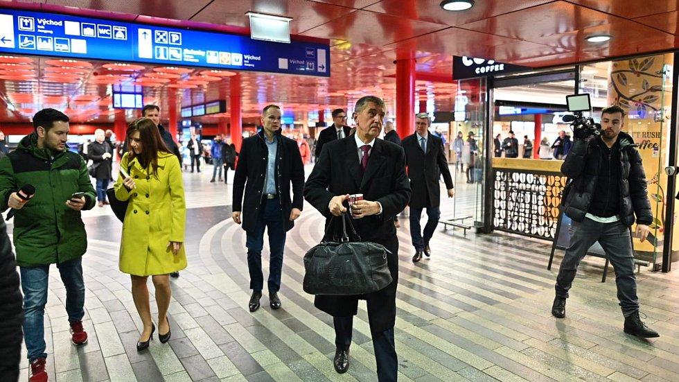 Premiér Andrej Babiš (ANO) a ministr Karel Havlíček (za ANO) cestovali v úterý po Středočeském kraji vlakem. České dráhy kvůli nim nasadily modernější vlak.