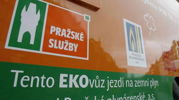 NA PLYN. Společnost Pražské služby provozuje vozidla Econic s pohonem na zemní plyn, určené pro údržbu a čištění komunikací hlavního města.