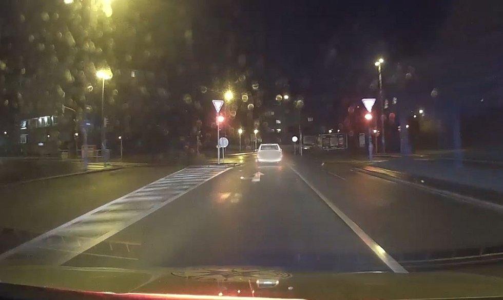 Policii ujížděl a utíkal opilý muž v bačkorách se zákazem řízení.