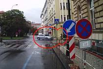 Řidič ujížděl strážníkům v centru Prahy.