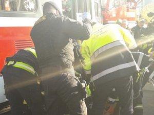 V pražské Zenklově ulici srazila tramvaj chodce.