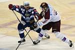 Čtvrtfinále play off hokejové extraligy - 2. zápas: HC Sparta Praha - HC Kometa Brno. Zleva Jozef Kováčik z Brna a Jan Buchtele ze Sparty.