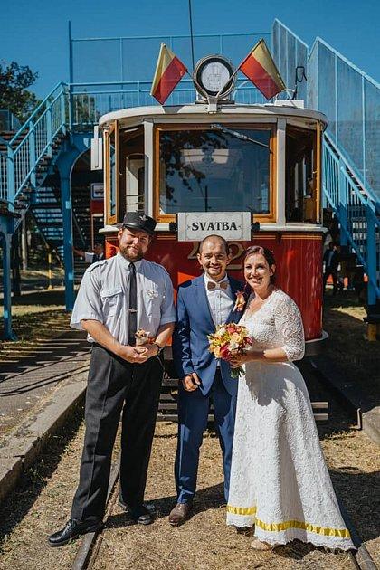 Svatba ve smyčce Na Královce. Manžel Pavlíny Malínské na svatbu přijel tramvají 15T, ona historickou.