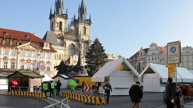 Příprava vánočních trhů a vánočního stromu na Staroměstském náměstí 28.listopadu.