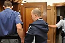 Čtyřikrát vystřelil z nelegálně držené pistole ráže 6,35 mm a třináctkrát bodl nožem. Takový byl podle obžaloby útok, ze kterého se 46letý Jiří W. zpovídal před Krajským soudem v Praze.
