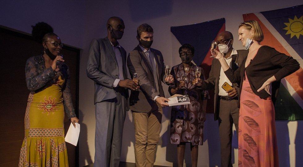 Autogramiáda autorky K. Mildnerové na slavnostním křtu knihy Namibian Czechs a Černí sokoli ve Windhoeku, leden 2021.