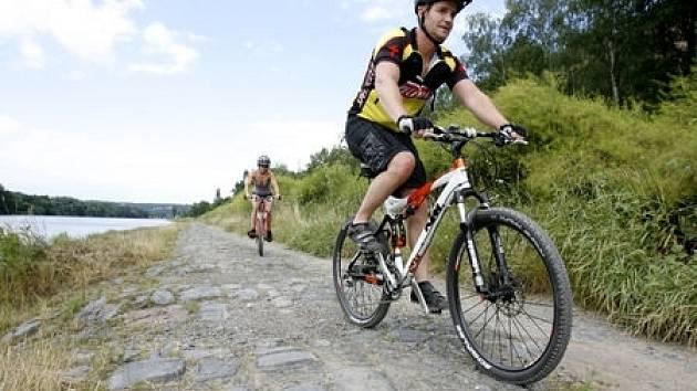 Nevyhovující kamenitý povrch cyklostezky V Zámcích v pražských Bohnicích.