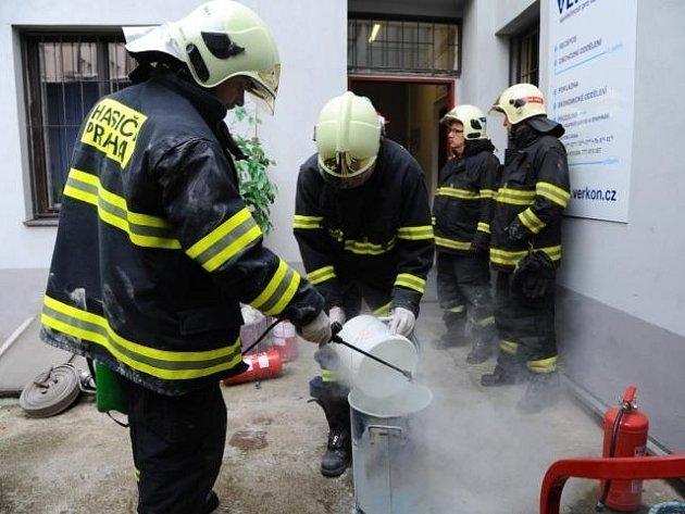 Požár ve skladu chemických látek ve Vysočanech.