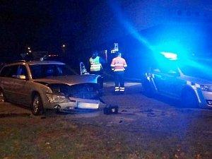 Muž se zákazem řízení ujížděl policistům v kradeném voze.