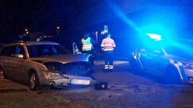 Zfetovaný řidič se zákazem řízení ujížděl v kradeném autě. Zastavil ho zátaras