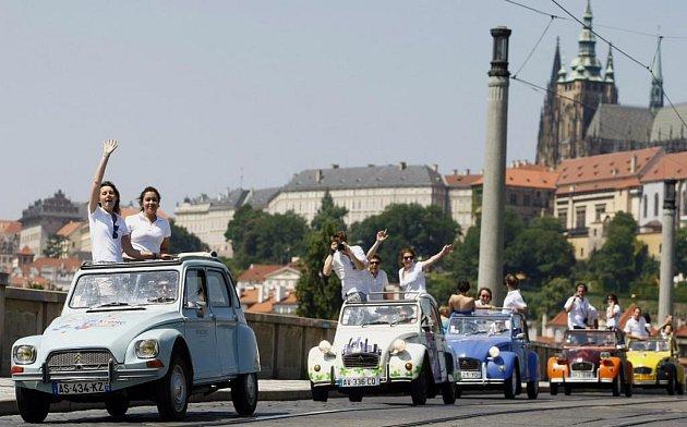 Vyjížďka starých Citroënů 2CV historickým centrem Prahy