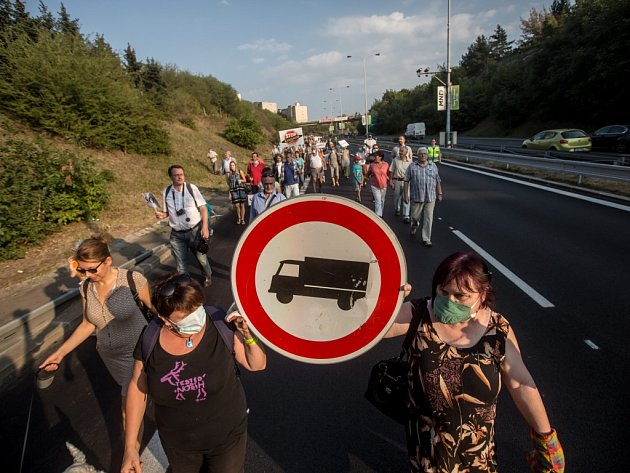 Proti kamionům projíždějícím metropolí v loňském roce protestovali obyvatelé Prahy 4. Vadí jim, že desetitisíce nákladních vozů zhoršují životní prostředí v okolí domů, ve kterých žijí.