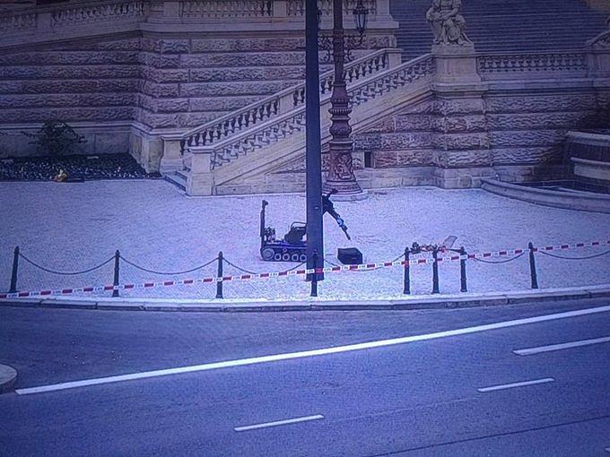 BOMBA? Policejní pyrotechnik pomocí speciálního vozítka zasahuje u nálezu podezřelého zavazadla u Národního muzea v Praze.