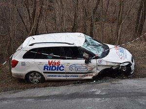 Ujíždějící zdrogovaný muž se zákazem řízení se převrátil s kradeným autem na střechu